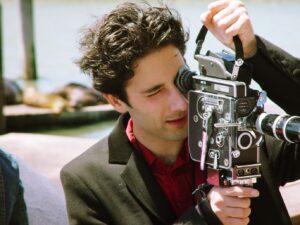 Sebastien Loghman tourne avec une caméra Bolex 16 mm